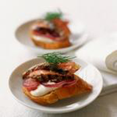 garlic-horseradish-roast-beef-canapes