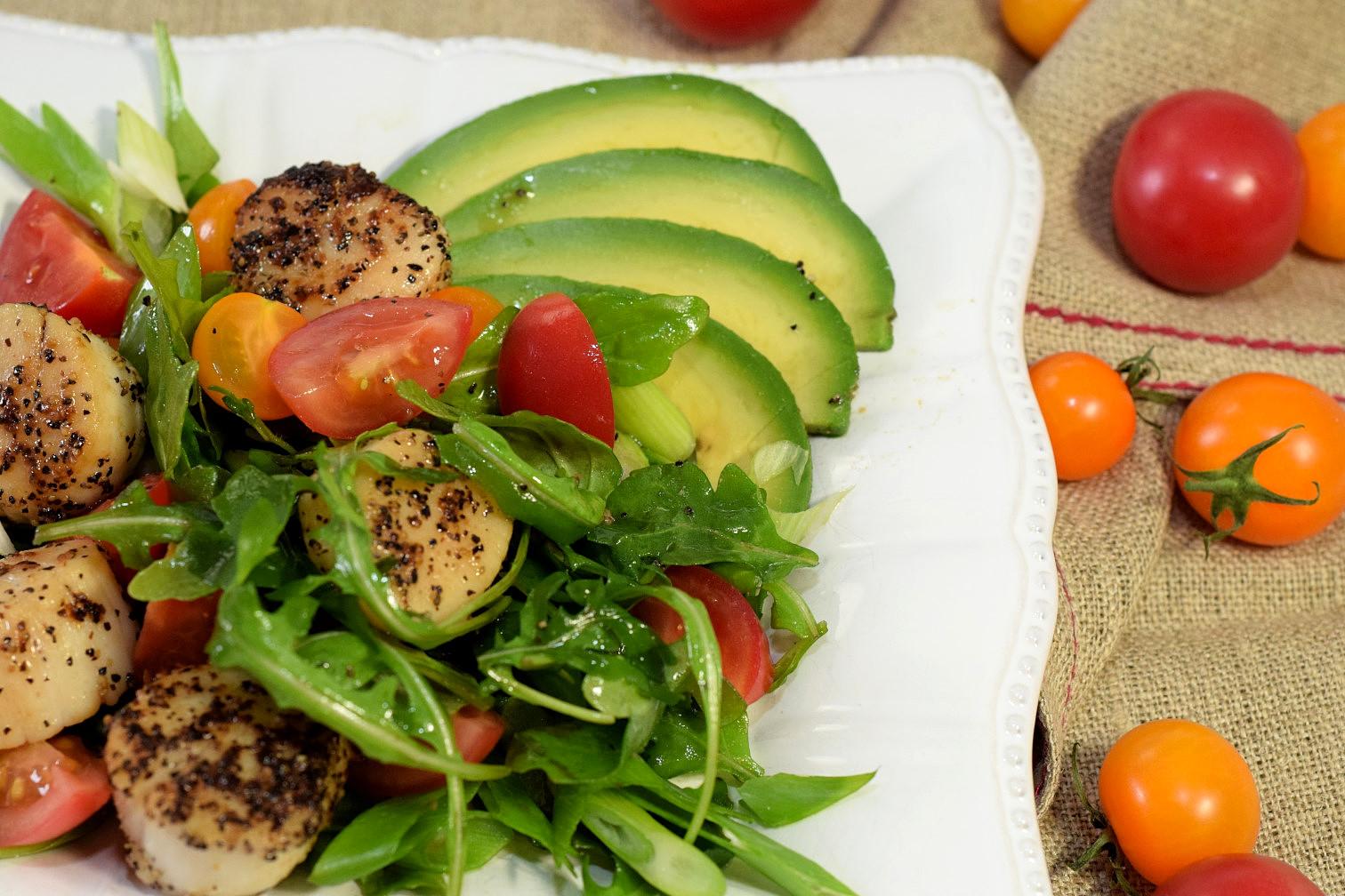 seared scallops-avocado-tomato salad